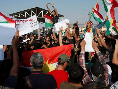 Dezenas de curdos se manifestam contra a ofensiva turca nesta quinta-feira em Erbil (Iraque).
