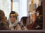 Pasajeras en un autobús, este lunes en Teherán.