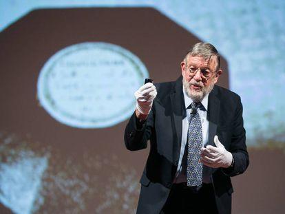 William Phillips mostra uma réplica do Protótipo Internacional do Quilograma durante a conferência de física atômica em Barcelona.