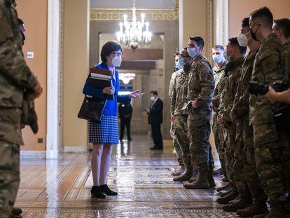 La senadora republicana Susan Collins habla con miembros de la Guardia Nacional, este jueves en el Capitolio.