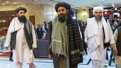 Abdul Ghani Baradar, vice-líder e negociador do Talibã, e dois outros membros da delegação participam da conferência de paz afegã em Moscou, Rússia, em 18 de março de 2021.