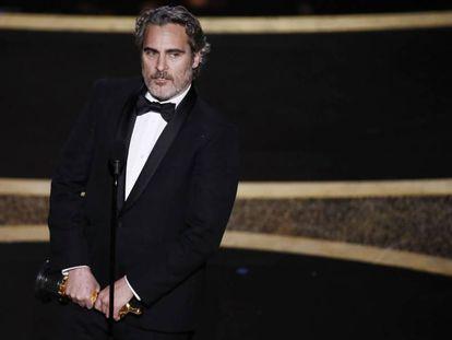 Joaquin Phoenix com seu Oscar de melhor ator principal.