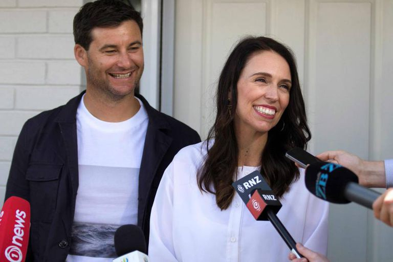 Jacinda Ardern e seu parceiro, Clarke Gayford, durante coletiva na porta de sua casa, em Auckland.
