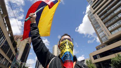 Manifestante durante protesto em Bogotá contra o presidente Iván Duque.