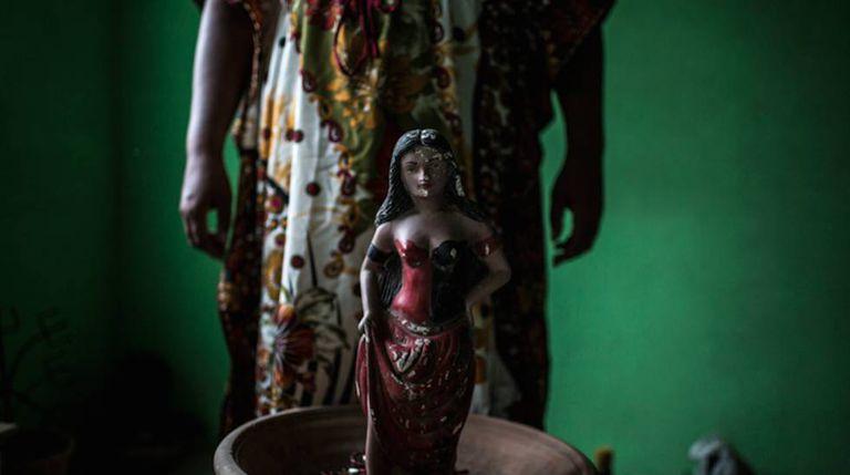 Imagem de divindade da Umbanda lacerada após ataque.
