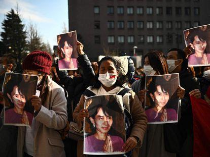 Um grupo de ativistas de Mianmar segura o retrato de Aung San Suu Kyi, durante um protesto em frente à Universidade das Nações Unidas, em Tóquio, Japão. As prisões dos líderes de madrugada em suas residências em Naypidaw ocorreram poucas horas antes de o Parlamento realizar sua sessão inaugural.