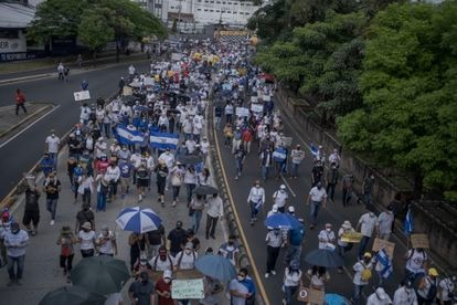 A manifestação avançou pela Avenida Juan Pablo Segundo, em San Salvador.