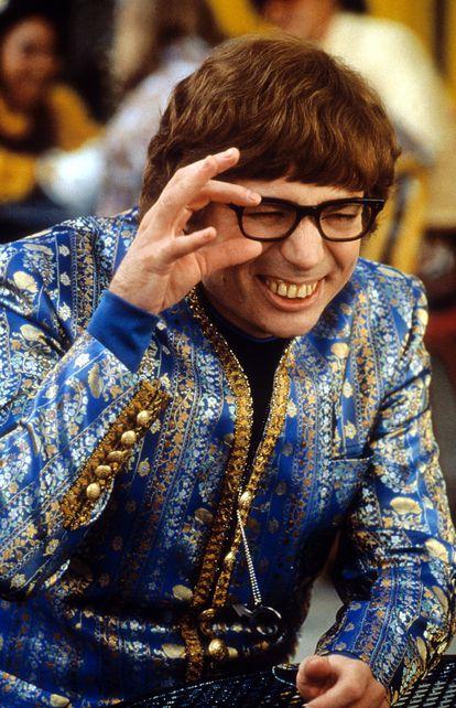 Mike Myers e seus típicos dentes falsos em 'Austin Powers: o agente 'Bond' cama', lançado em 1999.