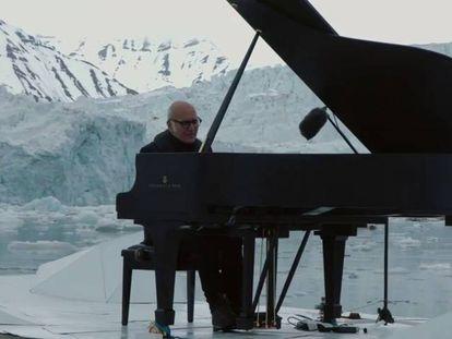 Ludovico Einaudi atua no oceano Ártico.