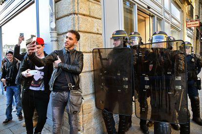 Jovem tira uma sefie durante um protesto em Rennes (França).