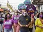 Guilherme Boulos, candidato del PSOL a alcalde hace campaña este jueves en su barrio de São Paulo.