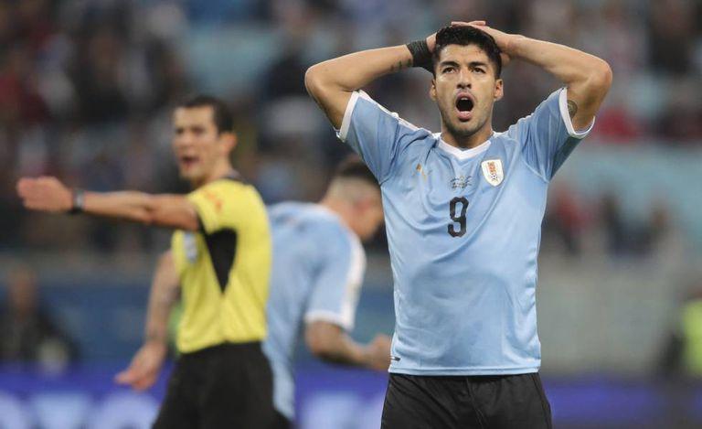 Suárez marcou um gol de pênalti marcado com a interferência do VAR.