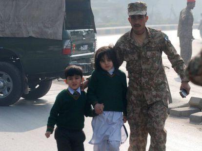 Alunos da escola atacada por talibãs em Peshawar, nesta terça-feira. / Foto e vídeo: Reuters