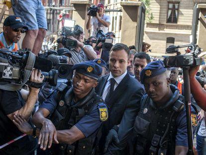 O atleta ao chegar ao tribunal de Pretoria.
