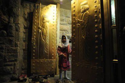 Uma menina às portas do santuário de Chak Chak, no Irã, lugar de peregrinação para os zoroastristas.
