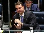 O senador Flávio Bolsonaro durante sessão que aprovou MP que autoriza a participação de até 100% de capital estrangeiro em companhias aéreas brasileiras.