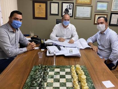 O deputado federal Ricardo Barros (centro) recebe prefeitos paranaenses no seu escritório em Maringá (PR).