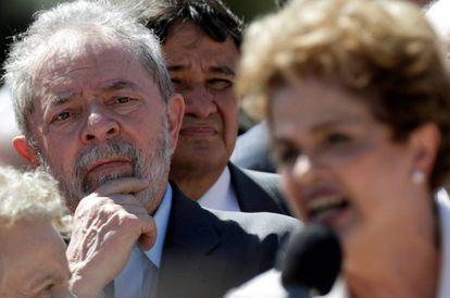 Lula ouve o discurso de Dilma Rousseff, após a presidenta ser afastada do Governo no dia 12 de maio.