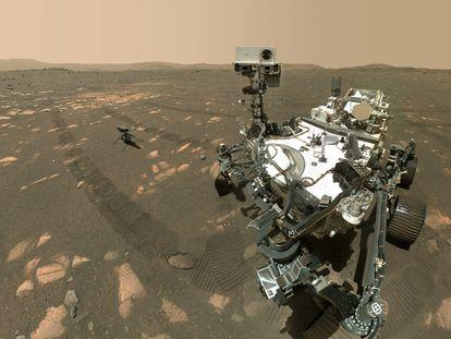 O veículo 'Perseverance' e o drone 'Ingenuity', na superficie de Marte.