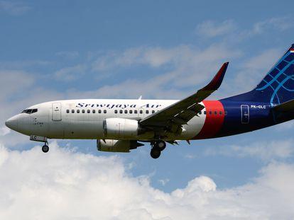 Um avião Boeing 737-524, da Sriwijaya Air, em uma imagem de arquivo. Modelo é o mesmo que desapareceu neste sábado.