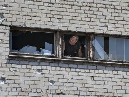Um homem em um prédio danificado pelos combates em Slaviansk.