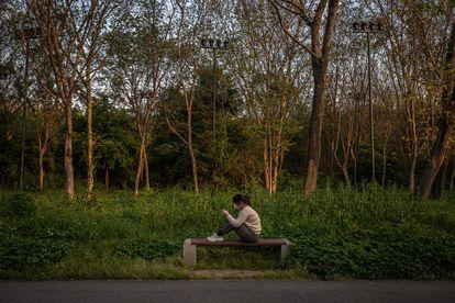 Mulher em um parque de Wuhan.