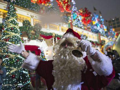 Um homem vestido de Papai Noel.