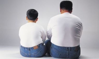 Um pai e um filho com sobrepeso.