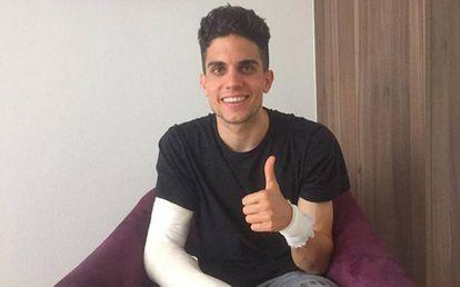 A primeira foto divulgada por Marc Bartra após ser operado.