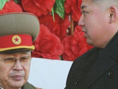 Jang Song-thaek (esquerda), e seu sobrinho Kim Jong-um, em 2012.