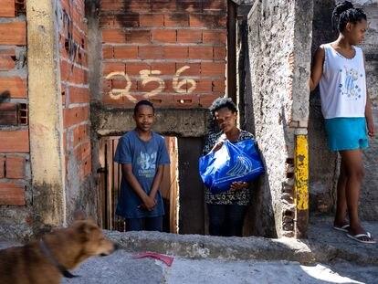 A família de Isabel Cristina Tibúrcio, moradora da Brasilândia (São Paulo), recebe na terça-feira, 28 de abril, uma cesta básica.