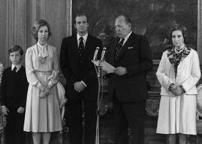 O Conde de Barcelona cede seu direito dinástico a favor de seu filho Juan Carlos na presença do príncipe Felipe, dona Sofía e a mãe do rei, María de las Mercedes em 14 de maio de 1977.