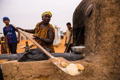 Mulher produz pão no campo de refugiados Mberra.