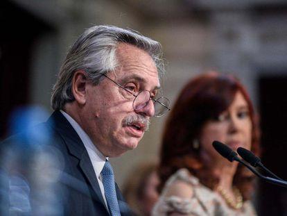 O presidente da Argentina, Alberto Fernández, fala no Senado em 1º de março de 2021, sob o olhar da vice-presidenta Cristina Kirchner.