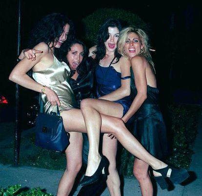 """Proveniente de uma família de classe alta, Heidi Fleiss, mais conhecida como a """"madame de Hollywood"""", construiu um verdadeiro império da prostituição cujo segredo era a discrição radical com que preservava o nome de seus clientes, dentre os quais havia vários atores de Hollywood. Em 1994, porém, a empresária foi presa por evasão fiscal, proxenetismo e posse de drogas, e seu império veio abaixo. Manteve-se de boca fechada, mas três prostitutas que trabalhavam para ela decidiram tirar proveito da situação e publicaram o livro 'You'll Never Make Love in this Town Again"""" ('Você nunca mais fará amor de novo nesta cidade""""), em que revelam os nomes e as taras de vários clientes famosos. Assim, ficamos sabendo que Dennis Hopper era viciado em lingerie sexy, que Warren Beatty sofria de ejaculação precoce, que Jack Nicholson se divertia batendo nas prostitutas depois de cheirar cocaína ou que Sylvester Stallone preferia ficar olhando duas mulheres transarem. Sendo essas revelações verdadeiras ou não, o livro causou um terremoto. Na imagem, Heidi Fleiss (a segunda a partir da esquerda) posa com outras mulheres no 'Monkey Bar' (Pasadena, Los Angeles) em 1995."""
