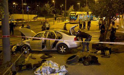 Polícia israelense analisa o carro que atropelou várias pessoas.