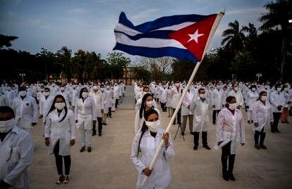 Missão de médicos cubanos no dia 25 de abril durante uma cerimônia de despedida em Havana, antes de viajar para a África do Sul.