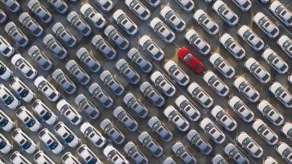 Foto aérea de um pátio de carros novos em Wuhan, China.