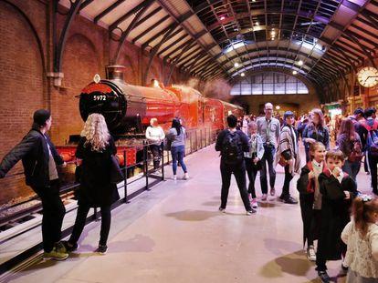 O Expresso de Hogwarts, o trem que leva Harry Potter e seus amigos de Londres até o colégio de magia e bruxaria, na versão cinematográfica.