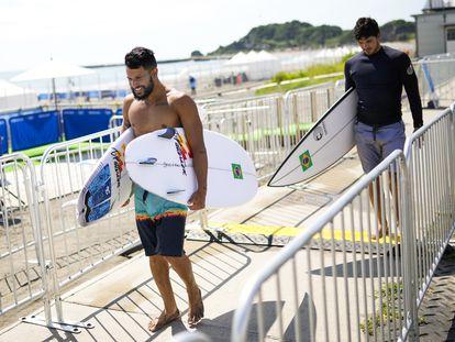Os surfistas Italo Ferreira e Gabriel Medina são fotografados juntos após sessão de treino nesta sexta-feira, 23 de julho, na praia de Tsurigasaki, no Japão.