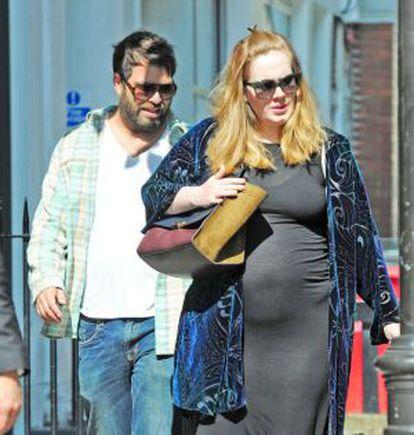 Adele grávida de seu primeiro filho, em 2012.