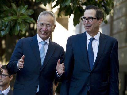 O vice-primeiro-ministro chinês, Liu Hei, com o secretário de Estado dos EUA, Steven Mnuchin, nesta sexta-feira em Washington.