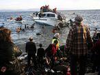 Moradores da ilha grega de Lesbos ajudam refugiados a desembarcar.