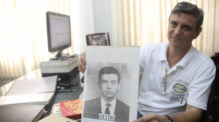 Fabiano Casemiro com a foto do pai