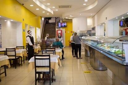 No restaurante Sintra, no Centro da capital paulista, o proprietário apostou em divisórias nas mesas.