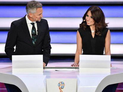 Lineker e Maria Komandnaya, apresentadores do sorteio da Copa 2018.