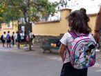Una niña acude a clase al colegio Isabel la Católica, en Santa Cruz de Tenerife de la mano de su madre.