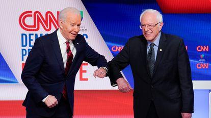 Joe Biden (esquerda) e Bernie Sanders durante seu debate de 15 de março de 2020 para as primárias democratas.