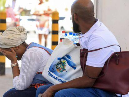 Familiares de uma das vítimas do acidente aguardam informações no aeroporto internacional de Nairóbi.