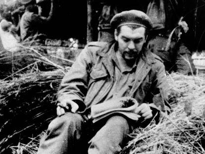 Ernesto 'Che' Guevara lendo no Congo em 1965.